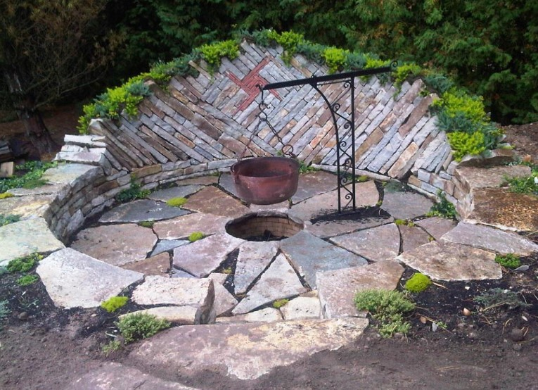 Amazing stone patio ideas with fire pit #firepit #diyfirepit #firepitideas #backyardfairepit